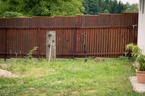 Dřevěný plot sousedky