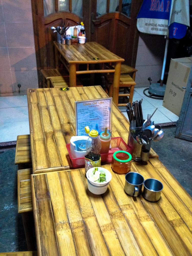 Stoly a sedátka z bambusu v restauraci v Nha Trang